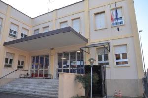 Foto immagine facciata scuola infanzia. Grande scalinata che conduce all'ingresso della scuola.